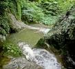 И улази у ово језерце са кога се прелива слап водопада
