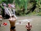 Зато се окупљамо на око 300 m од водопада, на месту где има мало сунца
