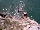 У воду у коју се једва кане да уђу, ми излећемо из комбија и право у њу скачемо