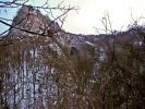 Са стазе којом излазимо из клисуре, види се њен лук у готском стилу