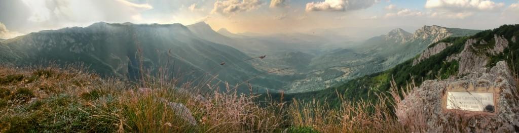 Гребенска линија Суве планине гледана са чика Данетових ливада